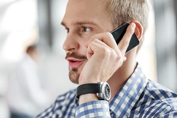 Man som pratar i telefon.