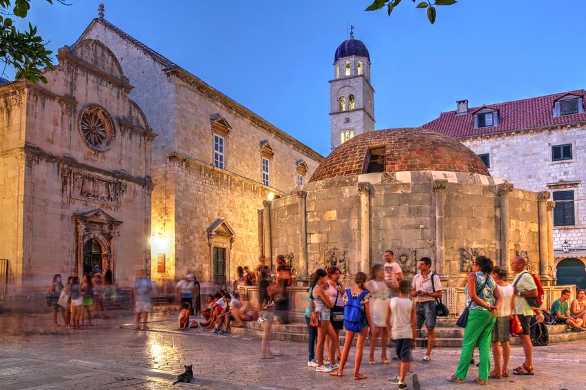 Dubrovniks gamla stad bötfäller besökare med bikini eller bar överkropp.  Foto: IStock.