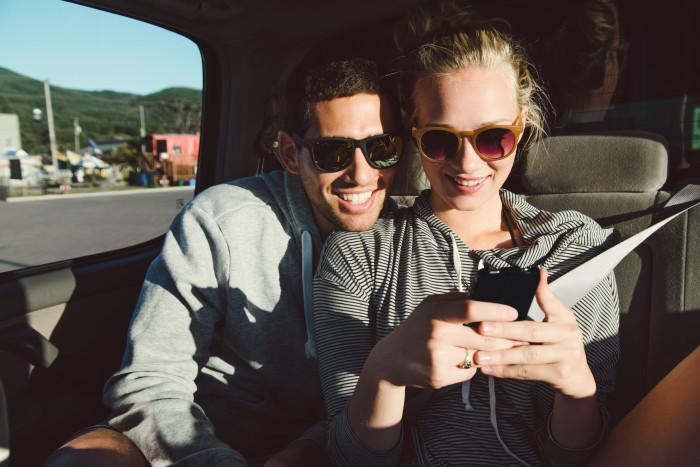 Svenskar tillbringar nästan 2,5 timmar på mobilen varje dag under resan.