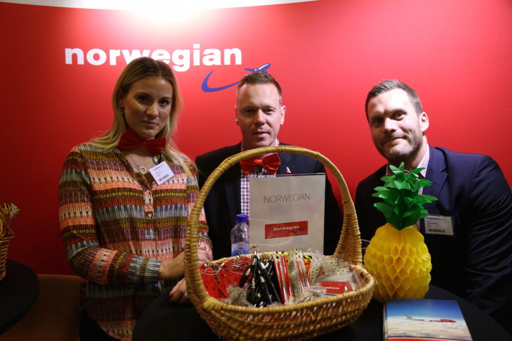 Sanna Jansson och Johan Gripenbrand från Norwegian fick besök av Magnus Genschou, Klarna.