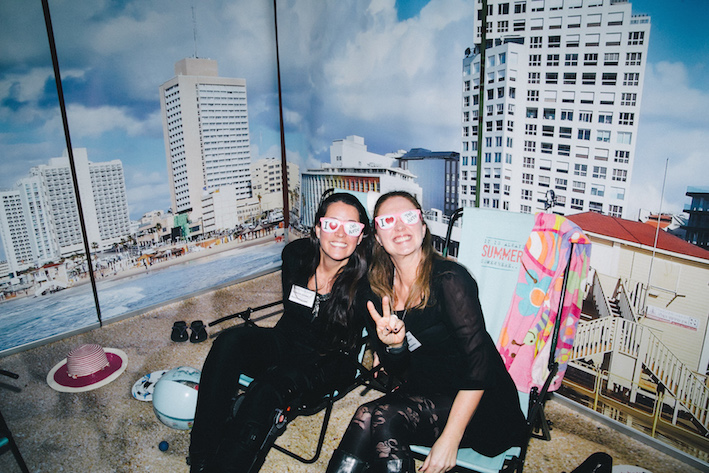 Susanna Jareno och Annie Rosenqvist på Resebemanning njuter av solen i Tel Aviv. Foto: Olof Grind
